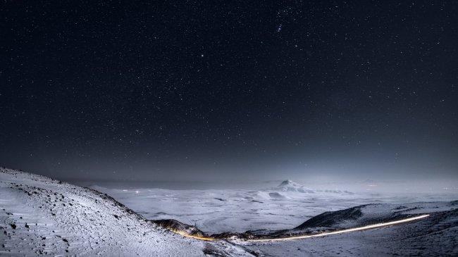 Ясное ночное небо, полное звезд