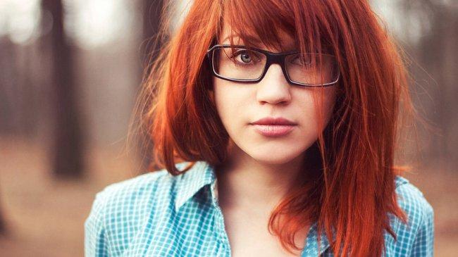 Рыжеволосая девушка в очках