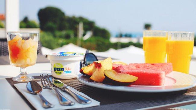 Йогурт, фрукты и апельсиновый сок