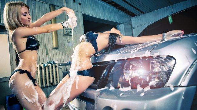Девушки моют машину