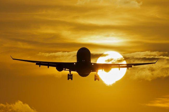 Силуэт самолета на закате