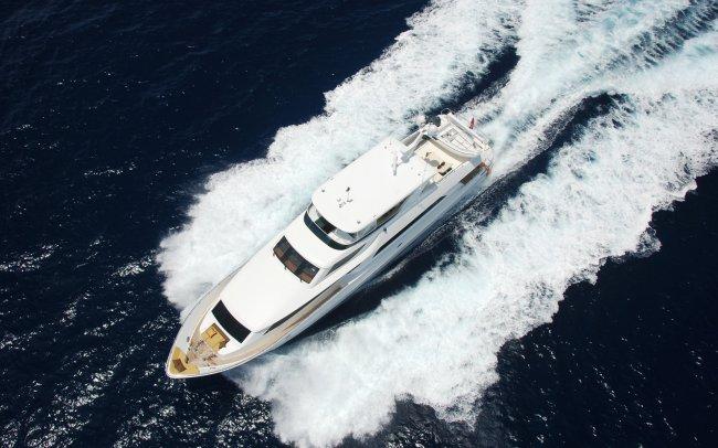 Яхта плывущая по морю