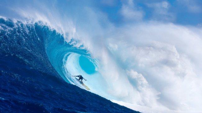 Серфингист на гигантской волне
