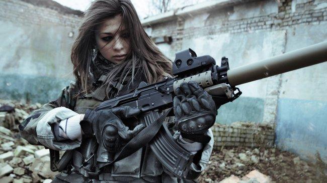 Девушка с штурмовой винтовкой