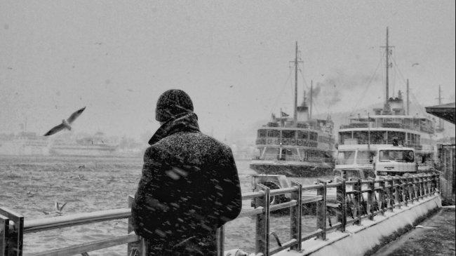 Одинокий человек в порту