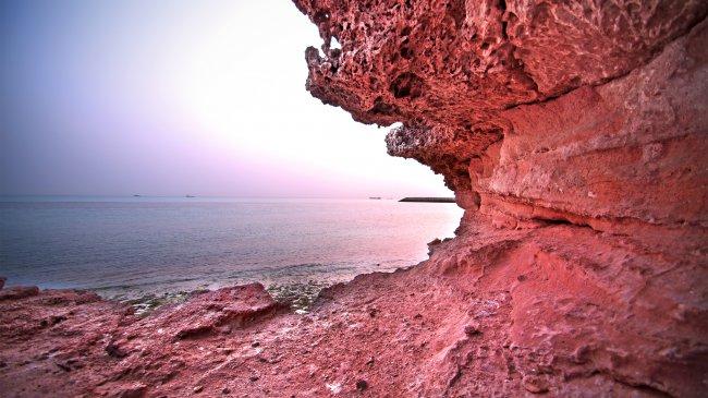 Красные скалы на берегах океана