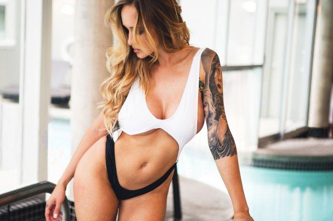 Девушка с татуировкой на руке