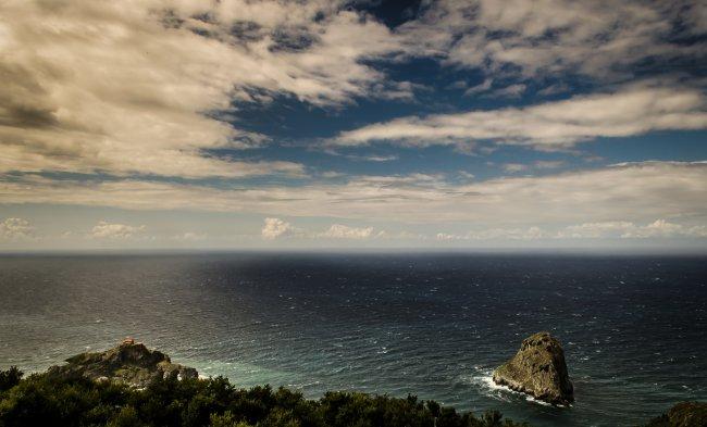 Скалистый остров Гастелугаче в Испании