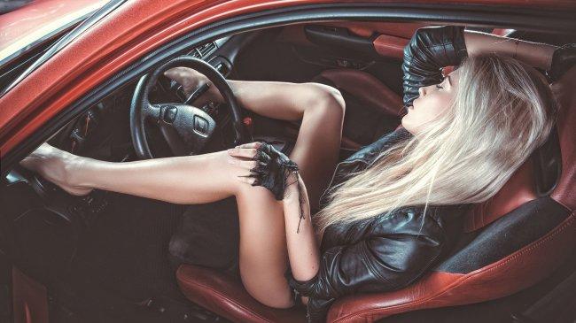 Блондинка в салоне автомобиля