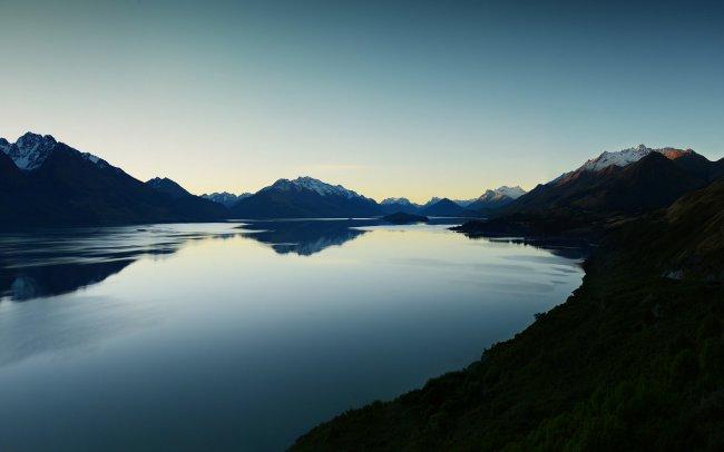 Озеро Уакатипу после заката солнца в Новой Зеландии