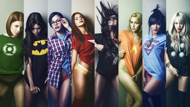 Девушки в футболках супергероев