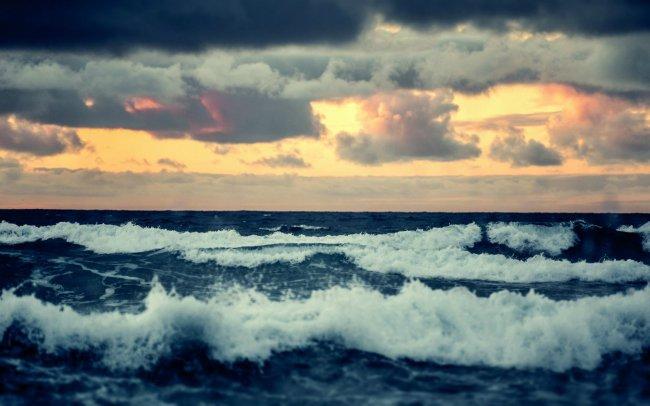Всплеск морской волны на закате