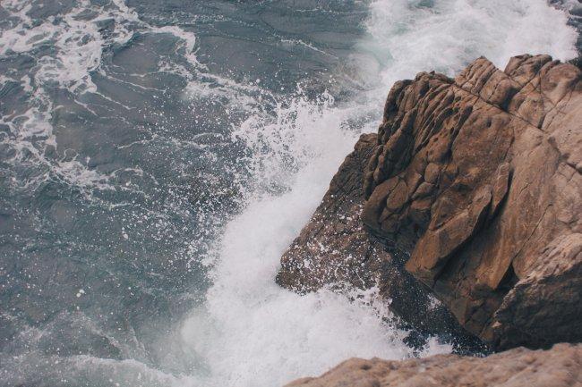 Море бьется о скалы