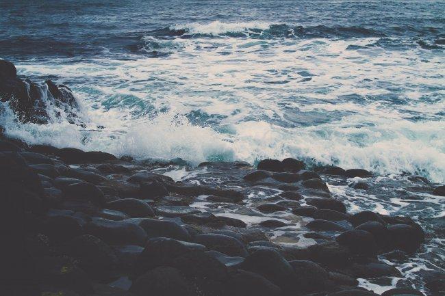 Море омывающее каменистый берег