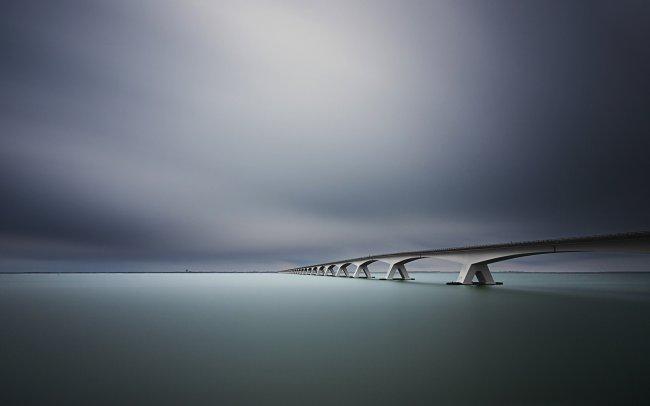 Коммунальный мост в пасмурный вечер
