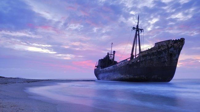 Старое судно у берега моря