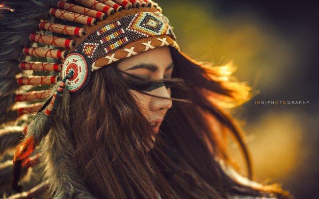 Девушка в индейском головном уборе