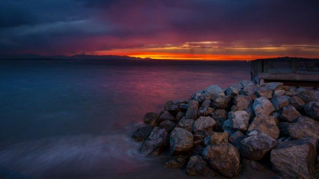 Закат солнца на пляже Алки в Западном Сиэтле, США