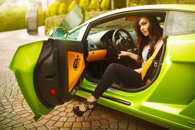 Девушка и Lamborghini Aventador