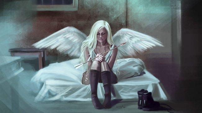 Девушка с крыльями ангела сидит на кровати держа в руках стрелу