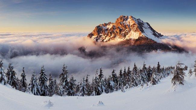 Горный пик над облаками в Словакии