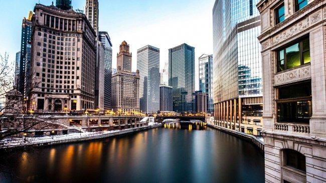 Небоскребы города Чикаго вдоль реки, Иллинойс, США