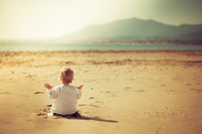 Ребенок на песчаном берегу
