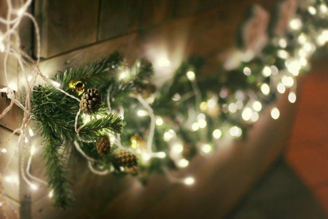 Велка елки украшена гирляндой