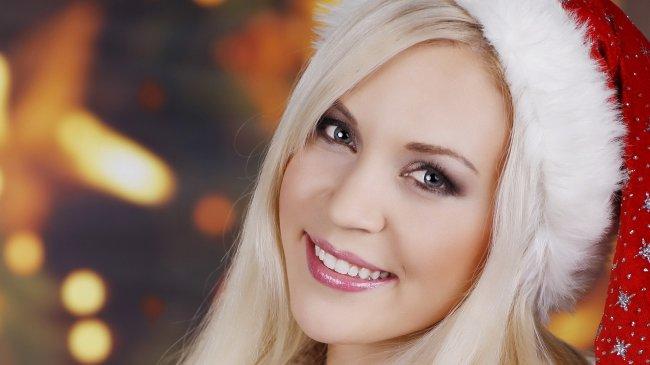 Блондинка в новогодней шапочке Санта Клауса