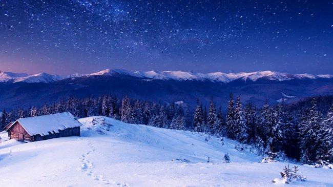 Домик среди леса и гор