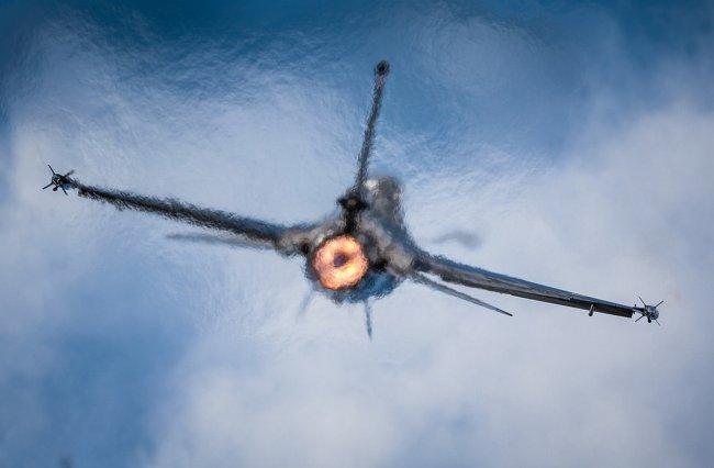 Взлет военного истребителя