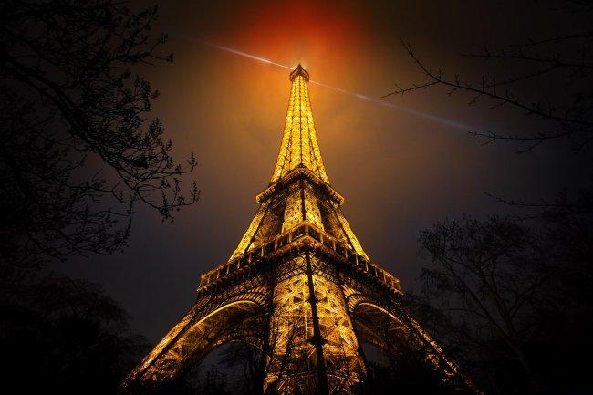 Эйфелева башня в ночное время