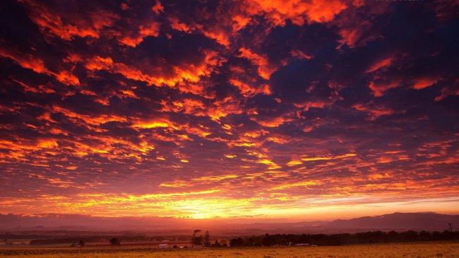 Огненное небо в сельской местности
