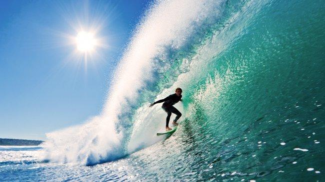 Серфер на покорении волны