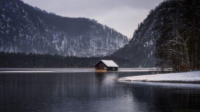 Домик в озере среди снежных гор