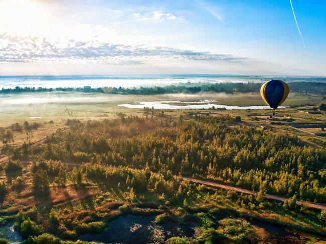 Воздушный шар парит над утренней равниной