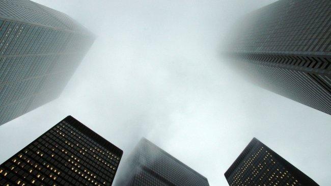 Вершины зданий окутаны туманом