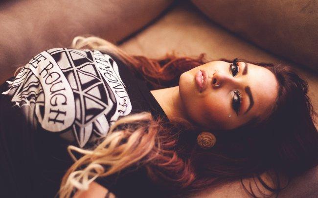 Девушка в черной футболке на диване