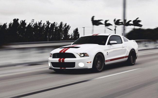 Белый Ford Mustang с красными полосами
