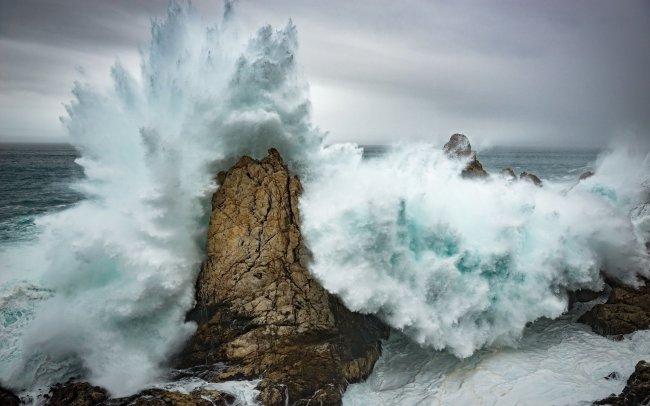 Волна разбивающаяся о скалы