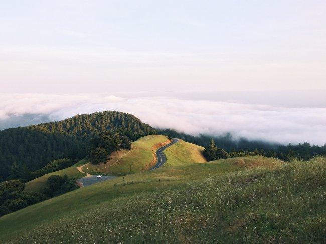 Холмы окутанные облаками