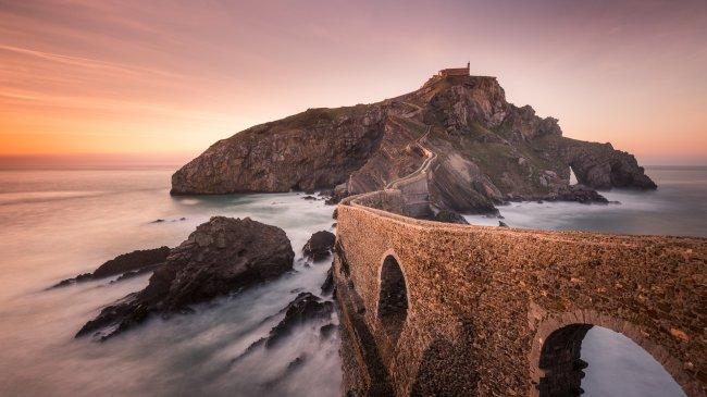 Остров Гастелугаче и его знаменитый мост, Испания