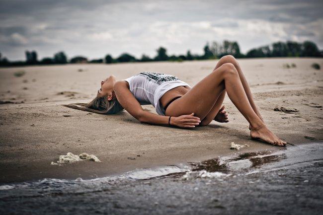 Девушка в белой футболке на пляже