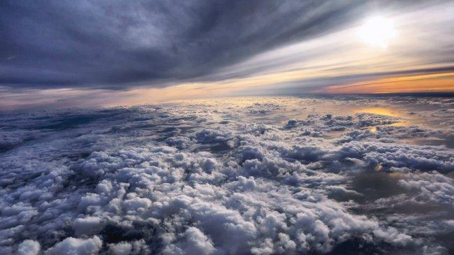 Полет над облаками на закате