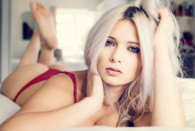 Шикарная блондинка в красном нижнем белье