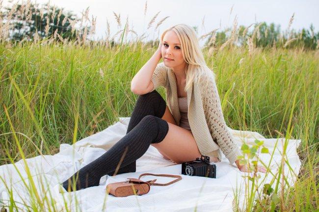 Блондинка на пикнике