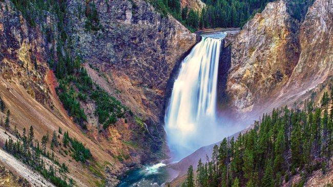 Водопад в Йеллоустонском национальном парке, США