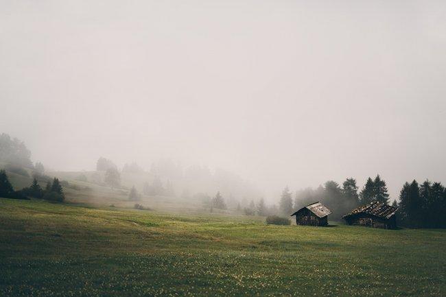 Домики на склоне Доломитовых альп, Италия