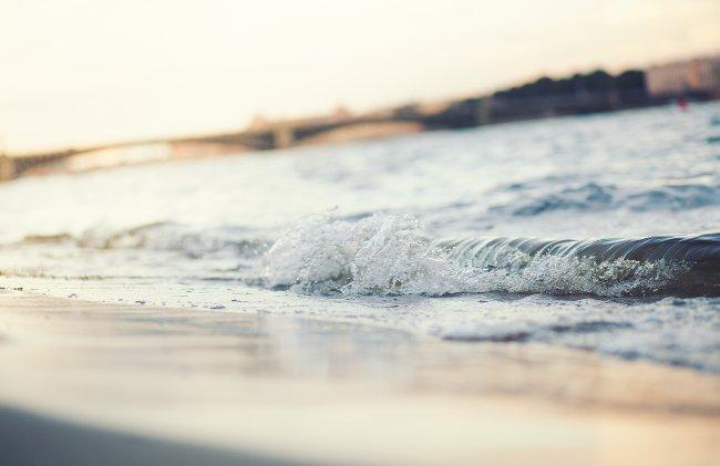 Прибойная волна у пляжа
