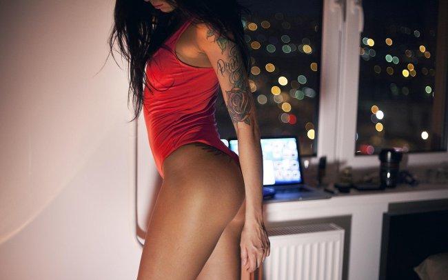 Девушка в красном боди